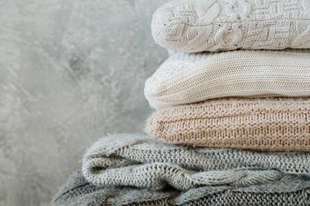 Photo pour pile of folded cozy knitted plaids blankets and pillows. comfy warm winter home decor - image libre de droit