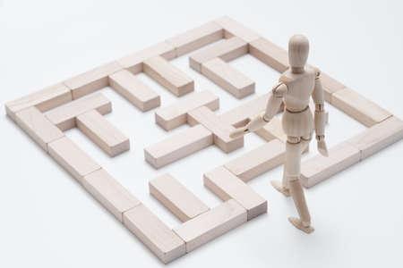 Photo pour Encourage creativity. Think different. Dream big. Challenge. Blocks maze. Conceptual articulated mannequin composition - image libre de droit