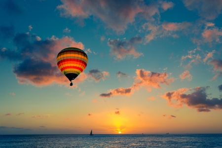 Photo pour Hot air balloon with sunset at the sea background - image libre de droit