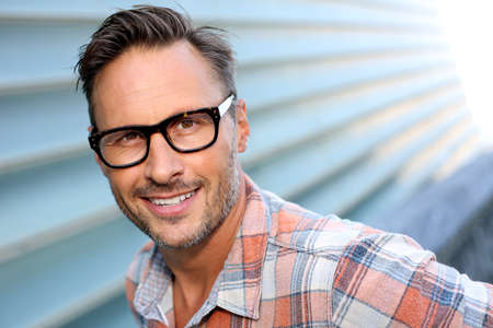 Photo pour Cheerful attractive man with stylish eyeglasses on - image libre de droit