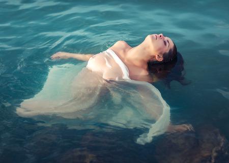Photo pour Portrait of a beautiful sexy woman outdoor. Model in the sea - image libre de droit
