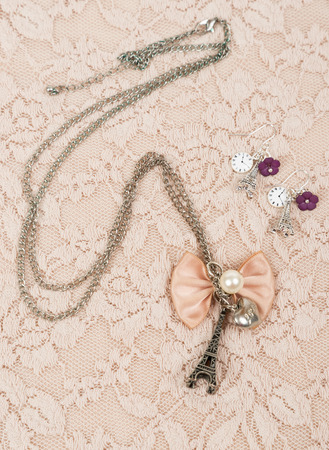 Necklace and earring with eiffel shape on lace