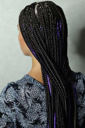 Photo pour a lot of thin braids in the African style, black kanekalon, synt - image libre de droit