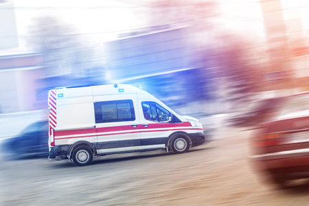 Foto per Ambulance racing through city traffic jam on slippery road with slush snow. Car accident on highway. - Immagine Royalty Free