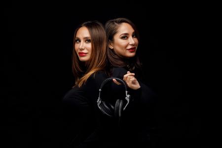 Photo pour Beautiful girls twins-dj - image libre de droit