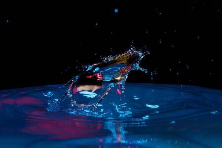 Foto de drop of water falling down in the water - Imagen libre de derechos