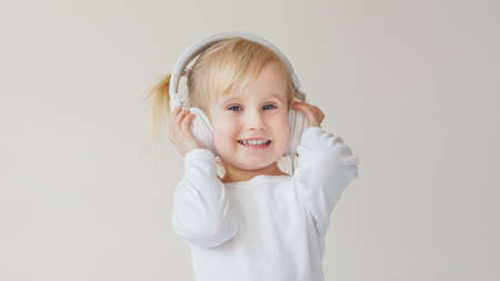 Photo pour home, technology and music concept - little girl with headphones listening to music and singing - image libre de droit