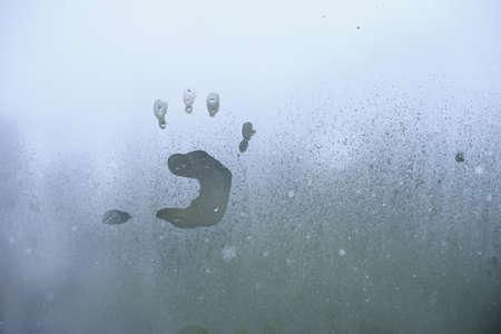 Photo pour Little child's handprint on foggy glass. Bad weather and depression concept. - image libre de droit