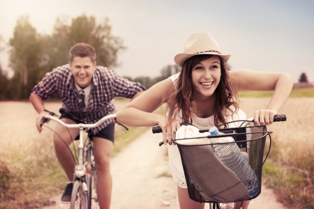 Foto de Happy couple racing on bikes - Imagen libre de derechos