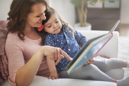 Photo pour Reading books with mommy make me happier - image libre de droit