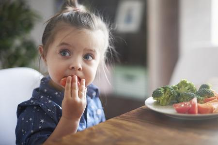 Photo pour Eating vegetables by child make them healthier - image libre de droit