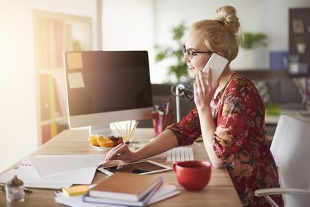 Photo pour Busy time for freelance at home office - image libre de droit