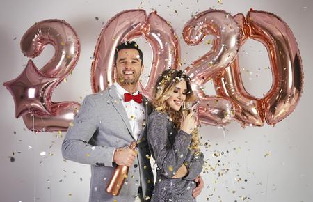 Photo pour Loving couple celebrating New Year - image libre de droit