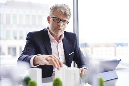 Photo pour Focused businessman looking for new solutions - image libre de droit