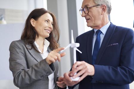 Photo pour Business workers having a conversation about wind energy - image libre de droit