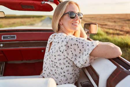 Photo pour Happy beautiful woman sitting in the car - image libre de droit