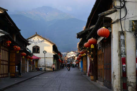 Photo pour Old city of Dali, Yunnan, China - views of the street and parks, temples, traditional chinese architecture and life - image libre de droit