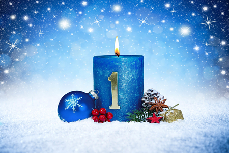 Photo pour first sunday of advent blue candle with golden metal number red decoration one on wooden planks in snow front of silver panorama bokeh background - image libre de droit