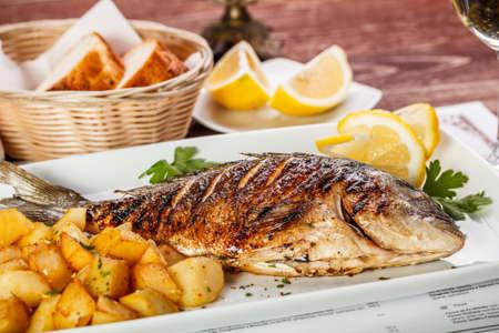 Photo pour Close up of sea bream fish with potato - image libre de droit