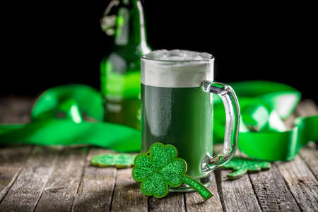 Photo pour St Patrick's Day concept green beer with shamrock - image libre de droit