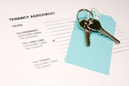 Photo pour A tenancy agreement form and a set of house keys - image libre de droit