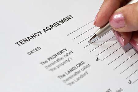 Photo pour Lady completing a tenancy agreement form - image libre de droit