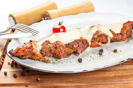 Photo pour Grilled pork fillet with white sauce - image libre de droit