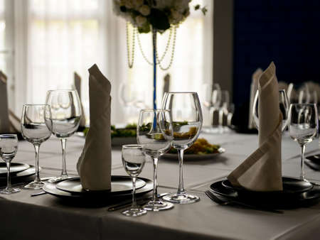 Photo pour Beautiful interior of restaurant ready for wedding celebration - image libre de droit