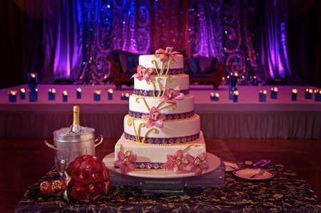 Foto de Image of a beautiful wedding cake at wedding reception - Imagen libre de derechos