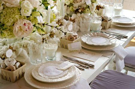Foto de Image of a unique white wedding banquet table - Imagen libre de derechos