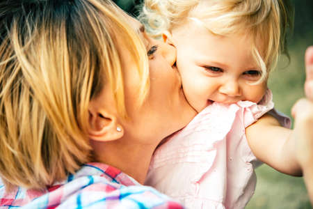 Photo pour Young beautiful mother has fun with her daughter - image libre de droit