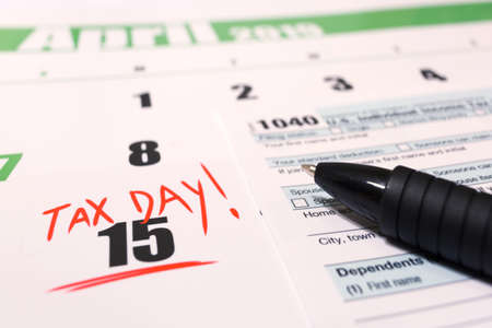 Photo pour 2019 calendar with 1040 income tax form for 2018 showing tax day for filing on April 15 - image libre de droit