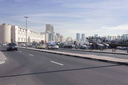 Photo pour DUBAI, UAE - DECEMBER 26 2017: Deira historic district in Dubai facing the creek - image libre de droit