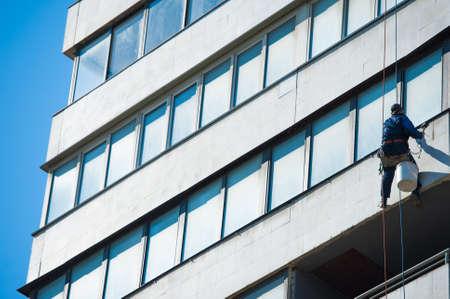 Foto de Climbers carry out construction and installation work on the facade of the building - Imagen libre de derechos