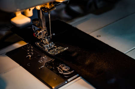 Photo pour Foot Sewing Machine With Thread Inserted On The Needle - image libre de droit
