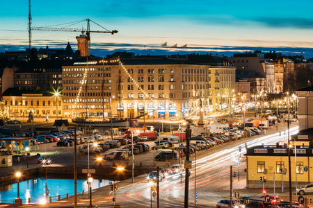 Photo pour Helsinki, Finland. Evening Night View Of Market Square And Traff - image libre de droit