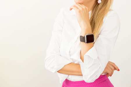 Photo pour Woman standing with smartwatch around her wrist - image libre de droit