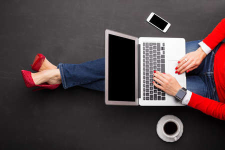 Foto de Woman working on laptop - Imagen libre de derechos