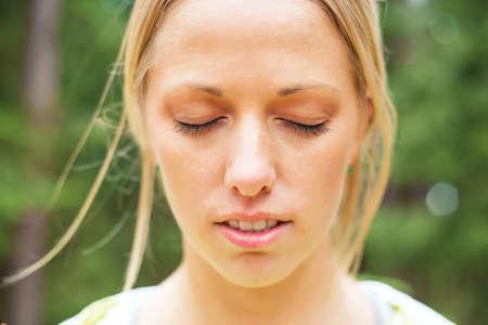 Photo pour Woman with closed eyes - image libre de droit