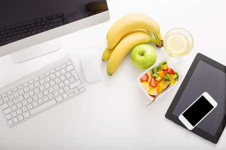 Foto de Office set up and fruit - Imagen libre de derechos