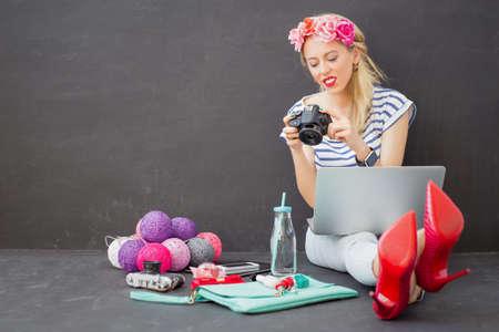 Foto de Female fashion blogger with camera in her hands - Imagen libre de derechos