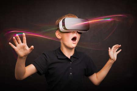 Photo pour Boy experiencing virtual reality - image libre de droit