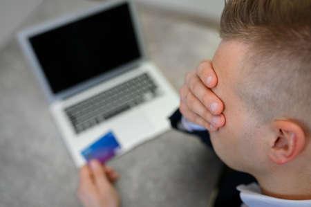 Photo pour Desperate man don't have any money left on his credit card - image libre de droit