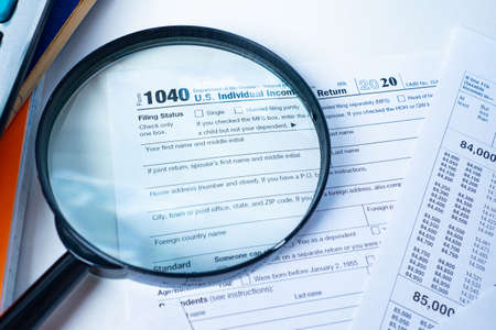 Photo pour Form 1040. The Declaration for the individual income tax of the United States. American tax return form on the background of a magnifying glass. Tax payment control. Taxation of individuals in the US. - image libre de droit