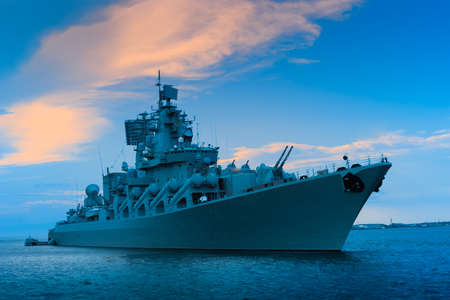 Photo pour Warship. A ship with a lot of guns on board. Naval forces. Ship for military operations. Sea ship near the city. Transplanting people from vessel to vessel. Concept - Russian arms. Ocean - image libre de droit