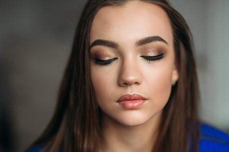 Photo pour Model closed her eyes to show her makeup - image libre de droit