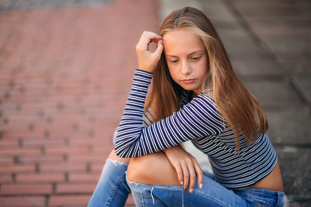 Photo pour young teenage poses for photo. blonde girl in jeans and blouse - image libre de droit