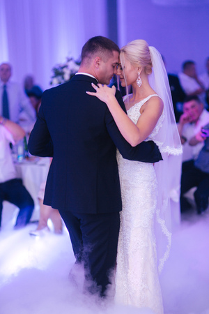 Photo pour First dance of stylish wedding couple. Handsome groom and elegant bride in the restaurant - image libre de droit