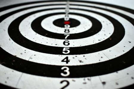 Photo pour old target covered in dart holes - image libre de droit