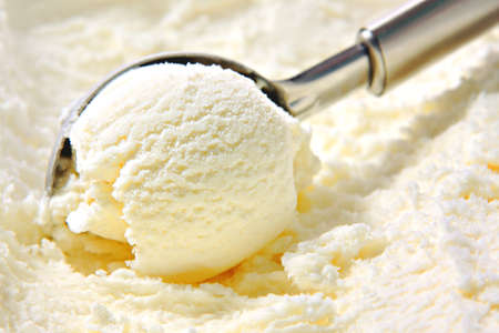 Photo pour Vanilla ice cream scoop scooped out of container with untensil - image libre de droit